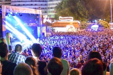 Am Samstagabend ging auf der Brückenstraße kein Stein mehr zu Boden. Popsängerin Christina Stürmer lockte nach Veranstalter-Angaben mehr als 20.000 Menschen zu ihrem Konzert vor die Bühne.