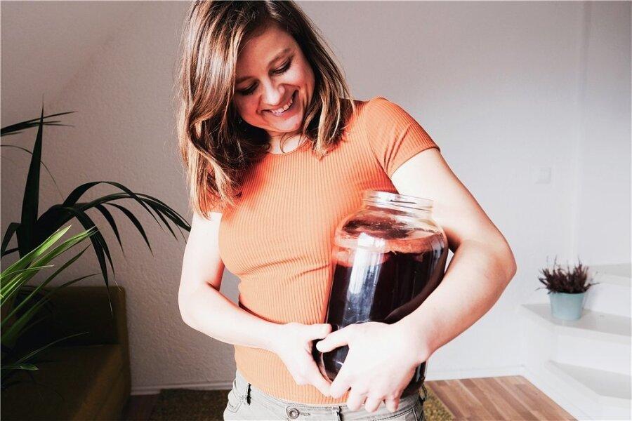 Es ist Friederike Feils Geheimtipp - Kombucha, ein fermentiertes Grünteegetränk. So wird es hergestellt: www.freiepresse.de/kombucha.