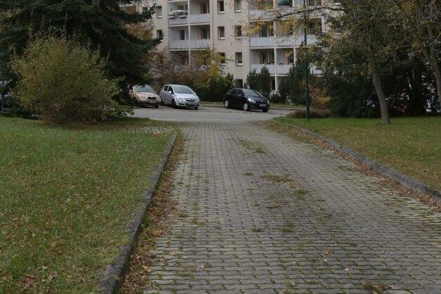 Dort, wo jetzt zwischen den Häusern 2 und 26 noch Autos parken, soll eine neue Bushaltestelle entstehen. Das Areal links und rechts der Stichstraße (vorn) wird gleichzeitig umgestaltet.