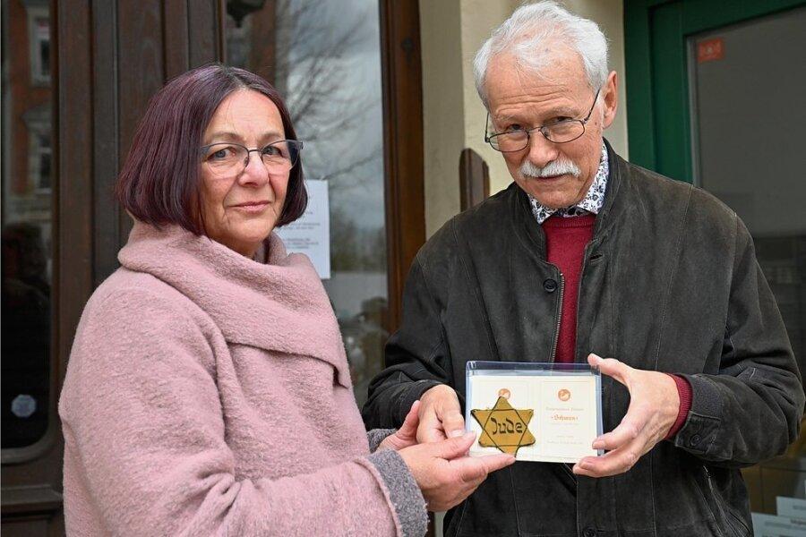 Ein sogenannter Judenstern, den Leo Sonder ab Herbst 1941 tragen musste, hat sich bis heute erhalten. Sein Neffe Steffen Müller überreichte ihn zur Stolpersteinverlegung an der Zschopauer Straße an Sonders Enkelin Kerstin Claus.