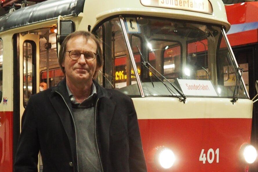 """Autor Arno Luik im Chemnitzer Hauptbahnhof vor der historischen Tatra-Straßenbahn, Baujahr 1968, in der er in der Nacht zum Samstag aus seinem Bestseller """"Schaden in der Oberleitung"""" gelesen hat."""