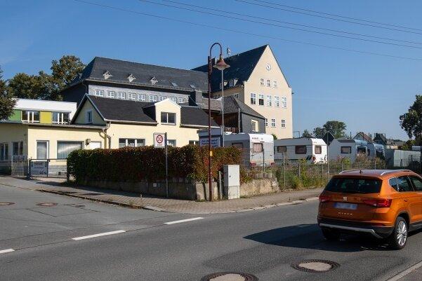 Auf diesem Grundstück an der Bundesstraße 173 will eine Werbefirma eine große Tafel aufstellen.