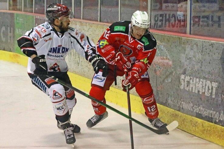 Eispiraten-Neuzugang Thore Weyrauch (r.) im Zweikampf mit Tim Marek (Rostock). Die Partie verfolgten 878 Zuschauer im Sahnpark.