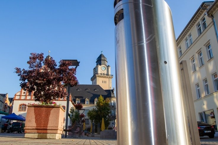 Eines der 15 Exemplare in Plauen steht auf dem Altmarkt. Der Abfallhai hat den einjährigen Test mit Bravour bestanden. Die Stadt hat jedoch kein Geld zum Kauf. Daher wird der Mietvertrag fortgesetzt.