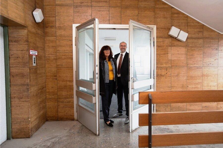 Tür auf zum einstigen Intershop: Ute Stuhr von der Deutschen Bahn und Oberbürgermeister Steffen Zenner sammeln Ideen für die vielen leerstehenden Räume im Oberen Bahnhof. Im Ex-Intershop könnte eine Galerie entstehen.