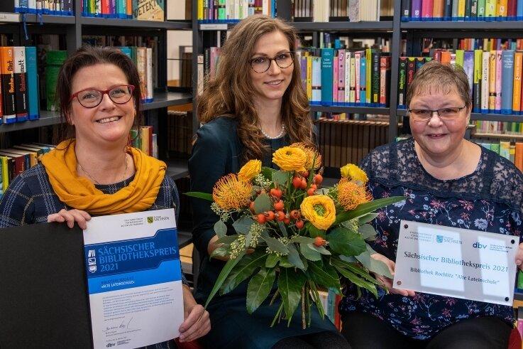 """Das Team der Bibliothek """"Alte Lateinschule"""" in Rochlitz, (von links) Leiterin Mandy Uhlemann, Michaela Köhn und Sylke Ascher, freut sich über den sächsischen Bibliothekspreis."""