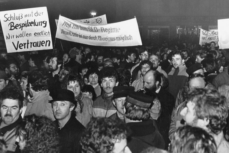 Ein Bild von einer der insgesamt zwölf Wendedemos, die in Auerbach auf die Premiere vom 27. Oktober 1989 folgten.