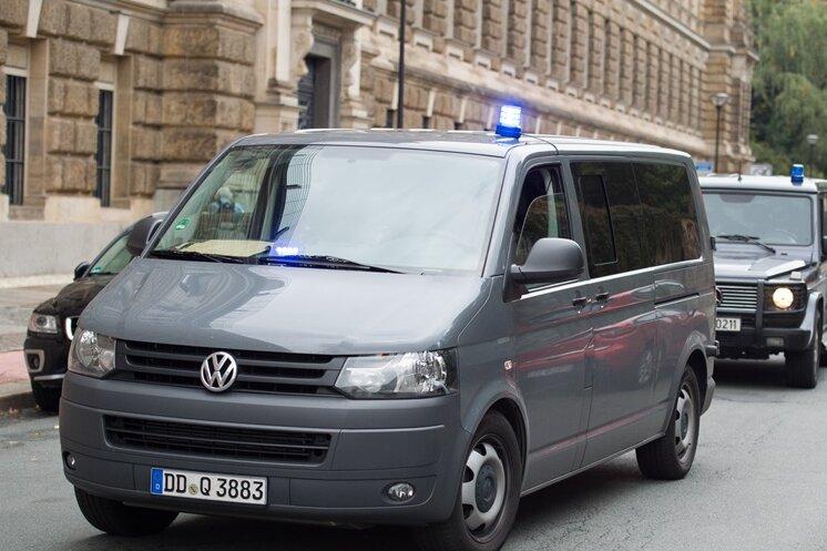 Ein Polizeitransporter auf dem Weg zum Haftprüfungstermin von Dschaber al-Bakr.
