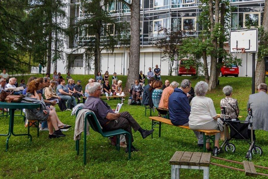 Laszlo Varga (im Bild rechts) sowie Anna Bineta Diouf und Karl-Friedrich Winter vom Eduard-von-Winterstein-Theater Annaberg-Buchholz sorgten für die musischen Momente während des Gedenkgottesdienstes am Erzgebirgsklinikum der Kreisstadt.