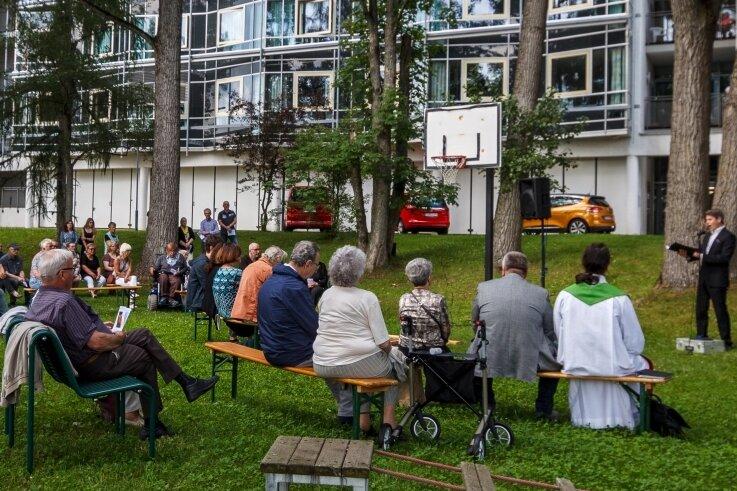 Laszlo Varga (im Bild rechts) sowie Anna Bineta Diouf und Karl-Friedrich Winter vom Eduard-von-Winterstein-Theater Annaberg-Buchholz sorgten für die musikalischen Momente während des Gedenkgottesdienstes am Erzgebirgsklinikum der Kreisstadt.