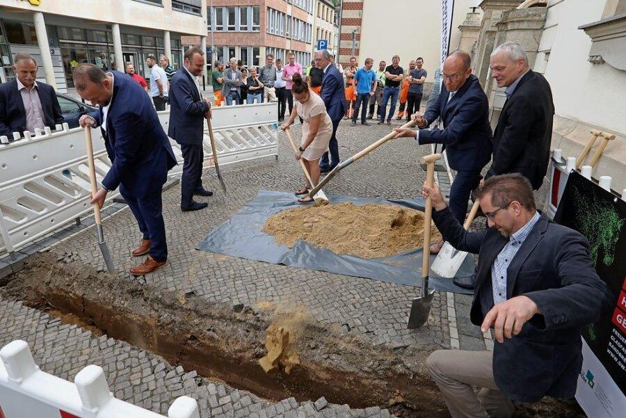 Die Baugrube wird - zumindest symbolisch - schon mal verschlossen.