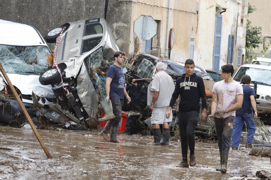 In Sant Llorenc des Cardassar stapeln sich Autowracks in einer Straße.