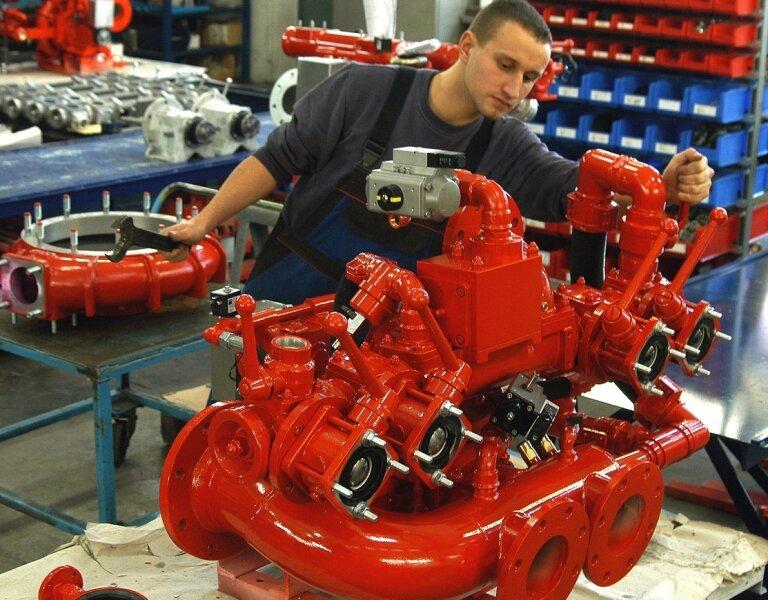 """<p class=""""artikelinhalt"""">Fertigungsmechaniker Sandro Schmidl montiert eine Feuerlöschkreiselpumpe. Er gehört zu den rund 90 Mitarbeitern des Jöhstädter Traditionsbetriebes Pumpen und Feuerlöschtechnik.</p>"""