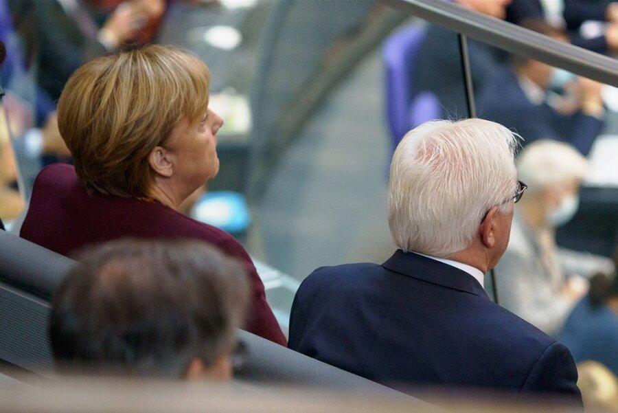 Auf einer Tribüne oberhalb des Plenarsaals hat Angela Merkel zusammen mit Bundespräsident Frank-Walter Steinmeier Platz genommen. Dieser wird der Bundeskanzlerin an diesem Dienstag später im Schloss Bellevue die Entlassungsurkunde überreichen.