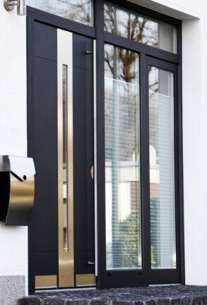 """<p class=""""artikelinhalt"""">Die Haustür ist die Visitenkarte eines Gebäudes, muss aber auch entsprechend sicher sein. </p>"""