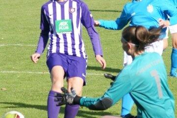 Antonia Zamzow gehört zu den Leitfiguren in der Auer Landesliga-Elf. Oft drückt sie Begegnungen - wie hier der gegen Chemnitz - ihren Stempel auf.