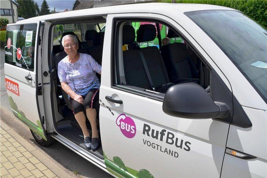 Angelika Müller aus Altmannsgrün gehörte zu den ersten Nutzern der 2019 neu eingeführten Rufbusse. Sie verkehren nur, wenn sie zwei Stunden zuvor geordert wurden. Künftig soll eine Stunde ausreichen.
