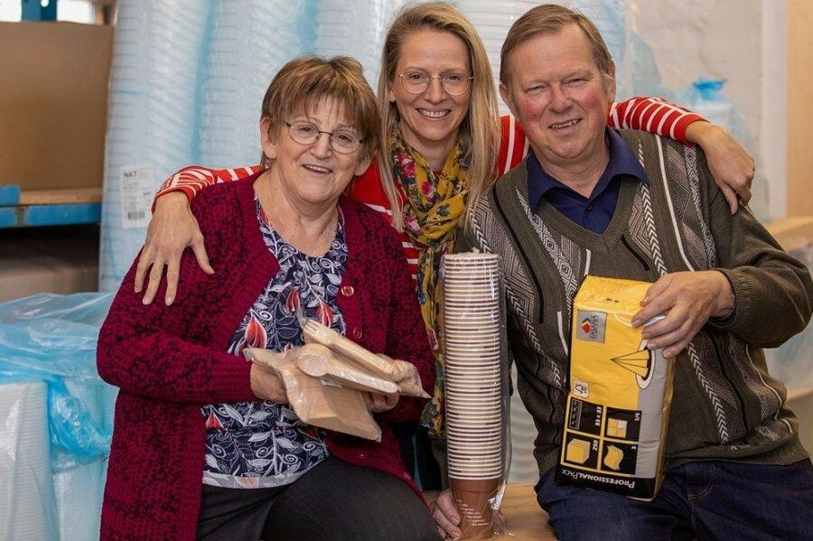 Gudrun und Hans Grassy geben die nach ihnen benannte Verpackungsmittel-Zentrale in Plauen auf und gehen in den Ruhestand. Tochter Karina (Mitte) hat ein eigenes Unternehmen und ist in Plauen unter anderem durch ihre Schlafsäcke der Marke Schlummersack bekannt.
