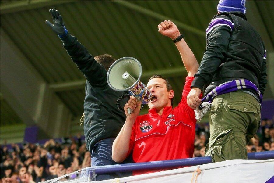 """""""Hensel auf den Zaun"""", skandierten die Aue-Fans nach dem Sieg gegen Ingolstadt. Und der Teamchef kam."""