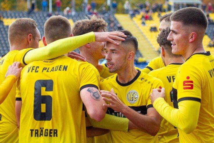 Ondrej Nyber (Mitte) wird von seinen Teamkollegen nach seinem Treffer zum 1:0 gefeiert. Am Ende siegte der VFC Plauen 6:0 gegen Arnstadt. Vor 618 Zuschauern erklommen die Plauener damit den ersten Platz in der Fußball-Oberliga.