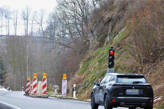 Eine Baustellenampel regelt seit Jahren den Verkehr auf der Straße von Mulda nach Lichtenberg. Grund ist Steinschlag.