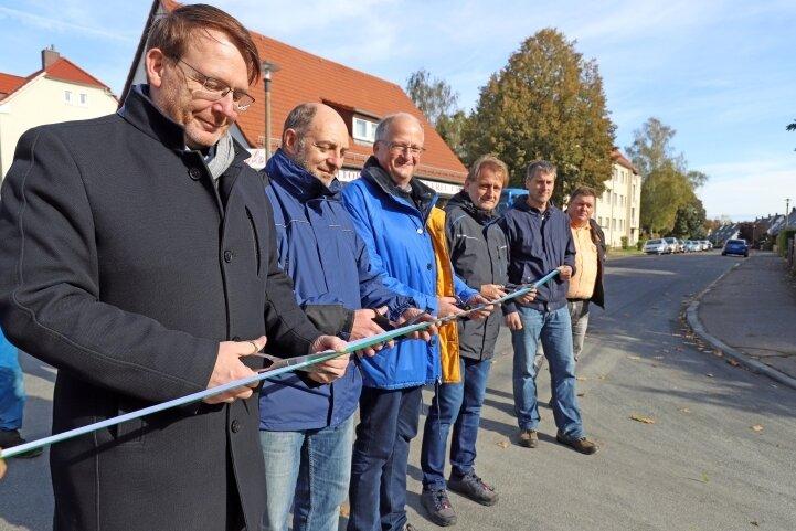 OB Sven Krüger (links) setzte mit Bauverantwortlichen die Schere an. Ab sofort kann der Verkehr wieder über die Kreuzung Mühlweg/Straße der Einheit rollen.