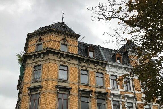 Seit Jahren ist das Eckhaus Schulstraße/Egerstraße ein großes Sorgenkind der Stadt Oelsnitz. Beim nun angeordneten Abbruch muss es vom intakten und bewohnten Nachbarhaus (rechts) getrennt werden.