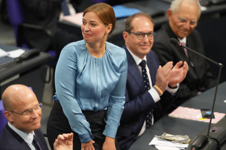 CDU-Abgeordnete Yvonne Magwas bekommt bei der konstituierenden Sitzung des neuen Bundestags Applaus, nachdem sie zur Vizepräsiddentin gewählt wurde.