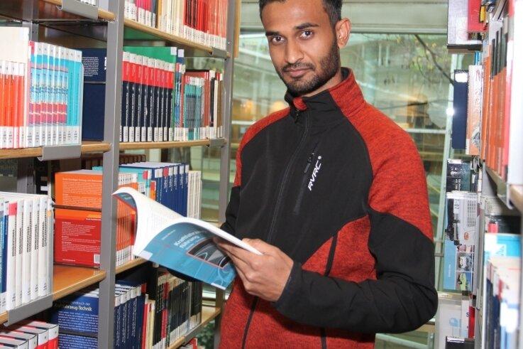 Erhielt den Preis des Deutschen Akademischen Austauschdienstes: Ahbishek Raj Yadav aus Nepal, hier in der Hochschulbibliothek.