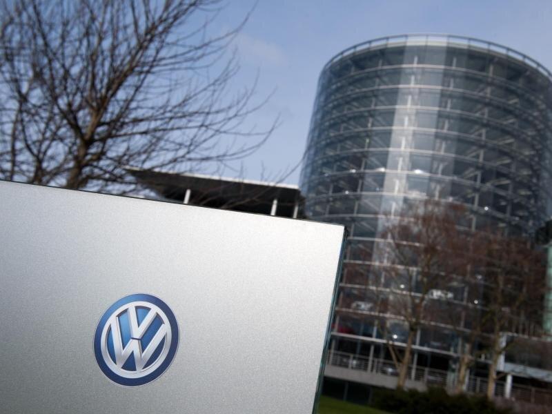 Ein Volkswagen (VW) Logo an einem Schild der Volkswagen Gläserne Manufaktur.