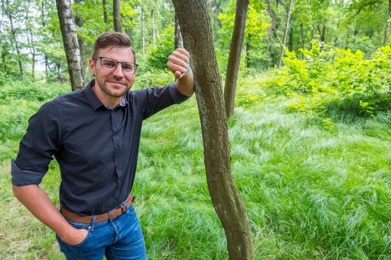 Neukirchens Bürgermeister Sascha Thamm im Neukirchener Wald. Die Gemeinde plant für das Areal einen Waldfriedhof. Eine Firma will stattdessen auf dem Gelände ein Windrad bauen.