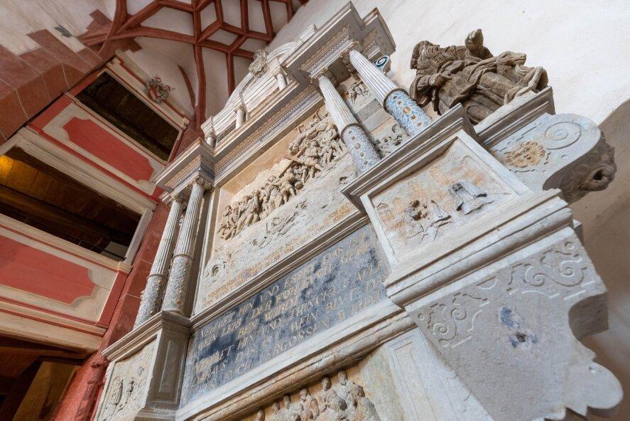 Das Herzstück der Kapelle: der Altar, aus Sandstein 1576 im Stil der Spätrenaissance von Andreas Lorenz gefertigt. Aus der hölzernen Empore hat der adelige Hausherr und seine Gemahlin den Gottesdienst verfolgt. Der untere Bereich war für die Familie vorgesehen, in der Nebenkapelle standen die Bediensteten.