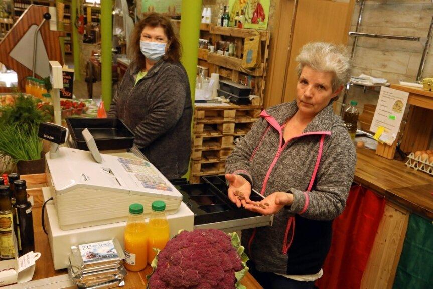 Verkäuferinnen Ute Blechschmidt (links) und Manuela Clausing an der Kasse. Auch der Obst- und Gemüseladen in der Karl-May-Straße ist von Gebühren betroffen. Im Lebensmittelbereich wird viel mit Kleingeld hantiert.