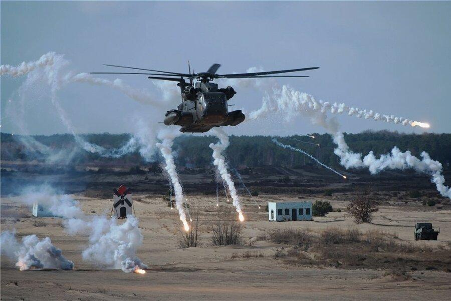 Ein Hubschrauber des Typs CH-53 GS schießt im Rahmen einer Übungseinheit auf dem Truppenübungsplatz Oberlausitz bei Weißkeißel (Sachsen) mit Leuchtgeschossen. Im Zuge des Strukturwandels sollen in das Areal 286 Millionen Euro investiert werden, um dort künftig 5000 Soldaten zu stationieren.