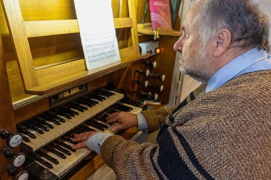 """Kantor Frank Roßburg hat am Samstag zur Orgelvesper gespielt. Anlass war das Jubiläum """"150 Jahre Orgel in Werda"""". Roßburg spielte Werke von Johann Sebastian Bach, Joseph Haydn und Johann Gottlieb Walther. Der Eintritt war frei."""