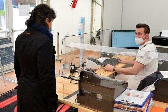 Stura-Geschäftsführer Gordon Guido Oswald an der Anmeldung im Testzentrum der Hochschule Mittweida.