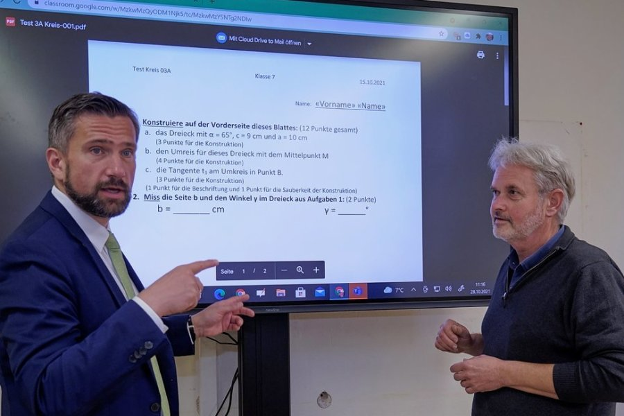 Sachsens Wirtschaftsminister Martin Dulig (links) vor einer interaktiven Tafel im Evangelischen Gymnasium Mylau. Geschäftsführer Siegfried Kost (rechts) informierte über den Stand der Digitalisierung.