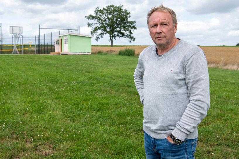 Andreas Wagner, der Vorsitzende des SV Union Milkau, auf der Fläche auf der ein Beachvolleyballplatz gebaut werden soll.