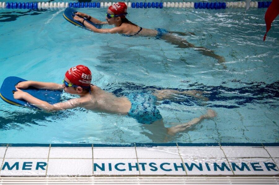 Kinder lernen schwimmen - ein Bild aus vergangenen Tagen. Während der Corona-Pandemie sind die Schwimmhallen geschlossen. Das hat Auswirkungen auf den Schwimmunterricht. In Mittelsachsen sind pro Jahrgang circa 2600 Schüler betroffen.