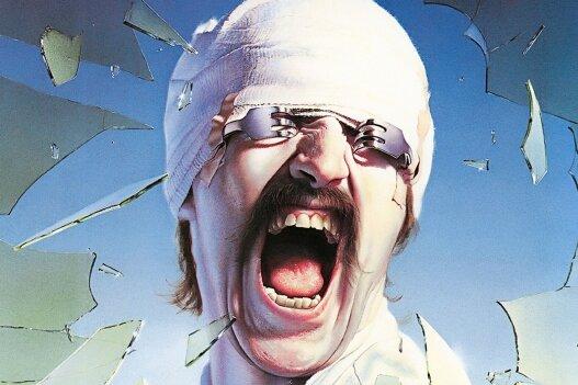 """Das Cover des Scorpions-Albums """"Blackout"""" gehört zu den bekanntesten Platten-Designs der Rock-Geschichte. Irrtümlich glauben viele Fans, dass es Gitarrist Rudolf Schenker zeigt - doch das Motiv ist ein Selbstportät des österreichischen Malers Gottfried Helnwein, der später auch für Rammstein oder Marilyn Manson arbeitete. Das Gerücht wurde befeuert, weil Schenker die Coverpose im Video """"No One Like You"""" nachstellte und ihm dabei sehr ähnlich sah. Zudem wurde der weit aufgerissene Mund danach zu Schenkers Markenzeichen auf Band-Fotos."""