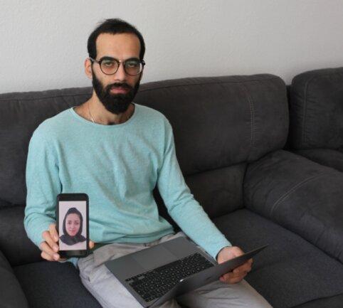 """Verzweifelt versucht Mujtaba Rashidi, per Laptop und Smartphone Kontakt mit seiner Frau zu halten. Oft hat sie in Kabul kein Netz. """"Dann weiß ich nicht, wie es ihr da unten geht. Es ist die Hölle!"""""""