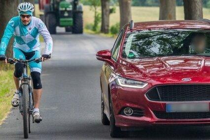 Außerorts ist beim Überholen von Radfahrern - hier Eric Meyer auf der Schlüsselstraße bei Zwönitz - ein Seitenabstand von mindestens zwei Metern einzuhalten.
