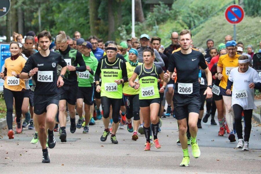 Mit Franz Sprung (2066) und Susan Weigert (2065) waren die Gesamtsieger im Halbmarathon von Beginn an vorn dabei.