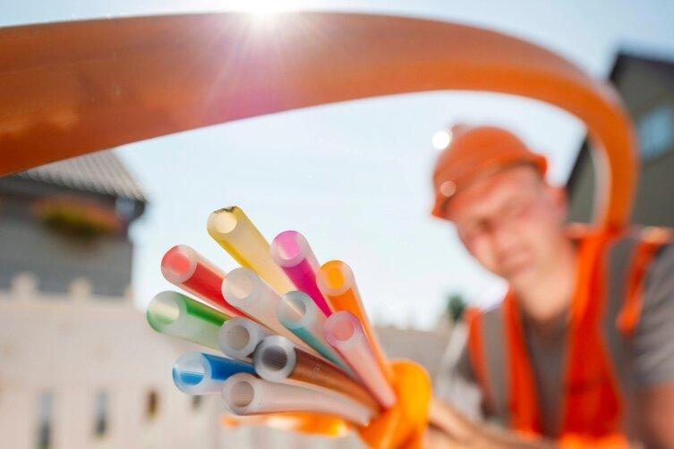 Diese bunten Kabel sind die Zukunft. Überall im Landkreis werden zurzeit Glasfaserkabel verlegt.