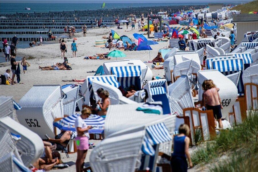Ostseestrand in Zingst auf dem Darß vor anderthalb Wochen: Von Corona-Regeln ist hier nichts zu spüren.