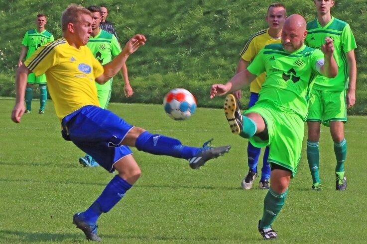 Zweikampf um den Ball zwischen dem Werdauer Kapitän Fabian Unger (rechts) und dem Mülsener Franz Thümmler.