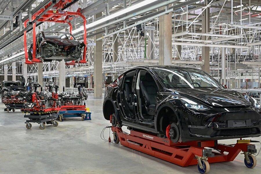 Ein im Bau befindlicher Tesla Model Y steht in einer Produktionshalle der Tesla Gigafactory in Grünheide. Noch befindet sich das Werk in der Vorserienphase. Doch ab Ende dieses Jahres sollen die ersten Fahrzeuge vom Band rollen.