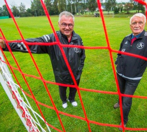 Die Chefs des SV Adorfs - Präsident Jens Heino Beckert (li) und Vizepräsident Siegfried Jänsch - sind froh: Das Fußballteam des Vereins kann weiter in der Kreisoberliga mitspielen.
