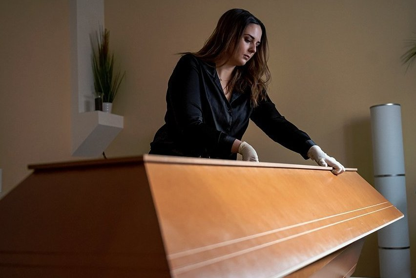 Janika Kreutzer ist von Beruf Maskenbildnerin und arbeitet in einem Beerdigungsinstitut. Die 23-Jährige Maskenbildnerin unterstützt Bestatter dabei, Verstorbene für ihren letzten Auftritt herzurichten.