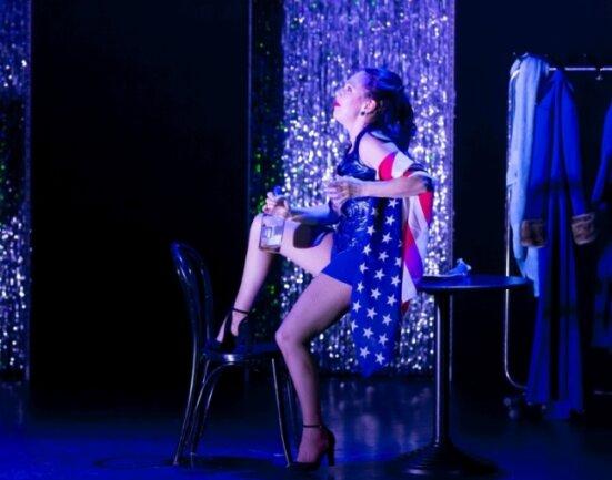 """Sängerin Susanne Engelhardt begeistert in der Titelrolle in der Musicalinszenierung """"Heute Abend: Lola Blau"""" am Freiberger Theater."""